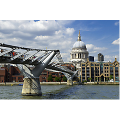 Millennium Bridge und St Paul's Cathedral in London
